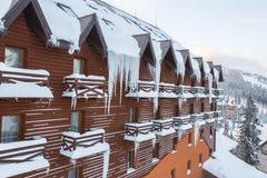 Ijskegels op het dak van een blokhuis stock foto's