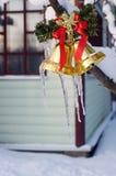 Ijskegels op Kerstmisklokken Royalty-vrije Stock Fotografie