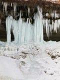 Ijskegels van bevroren waterval Stock Fotografie