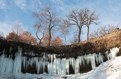 Ijskegels van gedeeltelijk bevroren Minnehaha-waterval Stock Foto's
