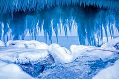 Ijskegelvormingen bij de pijler op meer Michigan royalty-vrije stock foto