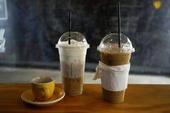 Ijskoffie en hete koffie met melk royalty-vrije stock afbeelding