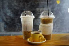 Ijskoffie en hete koffie met melk royalty-vrije stock fotografie