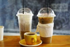 Ijskoffie en hete koffie met melk royalty-vrije stock afbeeldingen