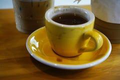 Ijskoffie en hete koffie met melk op houten royalty-vrije stock afbeelding