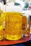 Ijskoud schuimend bier Stock Foto