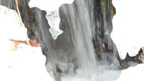 Ijskoude rivier de lente stock footage