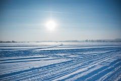 Ijskoude woestijnzon en winter& x27; s dag in Siberië Royalty-vrije Stock Afbeeldingen