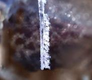 Ijskristallen op een hangende ijskegel stock foto