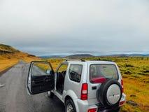 IJsland - auto aan een wegkant die wordt geparkeerd stock foto