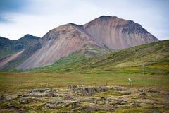 IJsland Gestold Lavagebied en bergenlandschap Stock Fotografie