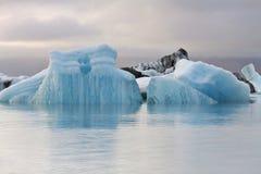 IJsland: Ijsbergen in gletsjermeer Royalty-vrije Stock Afbeeldingen