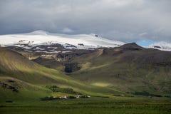 IJsland, kleine stad, landschap, bergen Stock Foto's