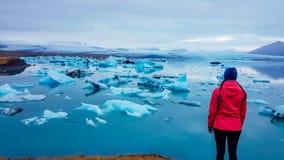 IJsland - Meisje bij de gletsjerlagune stock afbeelding