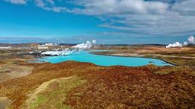 IJsland, Reykjanes, Gunnuhver Blauw meer, blauwe hemel, rode aarde en enkel onmogelijke mening stock fotografie