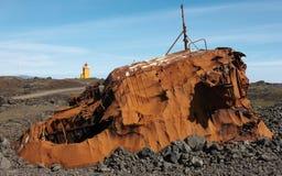 ijsland Reykjanesschiereiland Geroest schip en vulkanische grond stock foto's