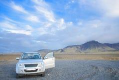 IJsland - September, 2014 - Generische de Autoreis van SUV 4WD in IJsland, over Faskrudsfjordur, IJsland Het reizen op de wegen v Royalty-vrije Stock Afbeelding