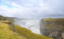 IJsland - September, 2014 - Gullfoss-waterval, Mooie mening van tourust die op groen geel gras rondwandelen Stock Fotografie