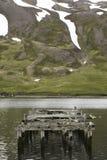 ijsland Siglufjordur Landschap met verlaten dok en mountai stock foto