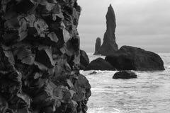 IJsland. Zuidengebied. Vik. Reynisdrangur basaltachtige rotsen en pinac royalty-vrije stock foto's