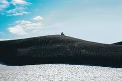 Ijslands berglandschap met de alleen mens in Landmannalaugar Royalty-vrije Stock Fotografie