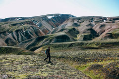 Ijslands landschap met bergtoerist in Landmannalaugar Stock Foto's