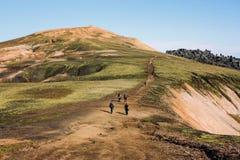 Ijslands landschap met bergtoerist in Landmannalaugar Royalty-vrije Stock Afbeeldingen