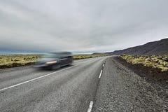 Ijslands landschap met de rijweg van het land Royalty-vrije Stock Foto