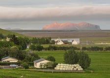 Ijslands platteland met zonsonderganghemel en bergen op de achtergrond in Zuid-IJsland, Europa royalty-vrije stock foto