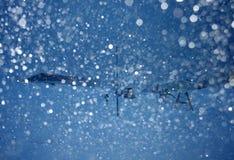Ijslandse blizzard in avond met vrouw het lopen Stock Foto's