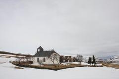 Ijslandse grashuizen met kerk in de winter Stock Foto's