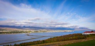Ijslandse Overzeese Fjord met Wolken royalty-vrije stock foto