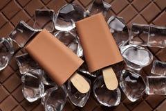 Ijslollies op ijsblokjes en chocolade royalty-vrije stock afbeelding