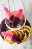 Ijslollys met bosbessen en sinaasappel Royalty-vrije Stock Foto's