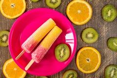 Ijslollys met gesneden sinaasappel en kiwi Royalty-vrije Stock Afbeeldingen