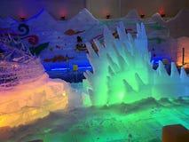 Ijspark onder kleurrijke lichten royalty-vrije stock afbeeldingen