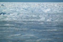 Ijsscherven die op meer Michigan accumuleren stock foto
