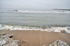 Ijsschol op het strand Stock Fotografie