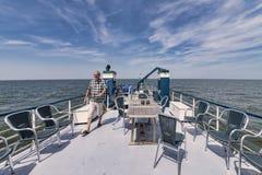 IJsselmeer holandie 26-July-2018 Na pokładzie łódź rybacka która żegluje przez pustego IJselmeer, smilin radośnie zdjęcia stock