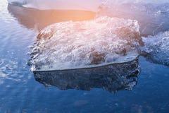 Ijssmelting op wintertijdmeer Royalty-vrije Stock Afbeelding
