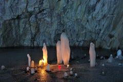 Ijsstalagmieten door kaarsen binnen de marmeren mijn worden verlicht die Stock Fotografie