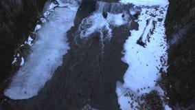 ijswater op Transfagarasan-weg stock footage