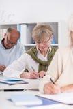 Ijverige bejaarde student stock afbeelding