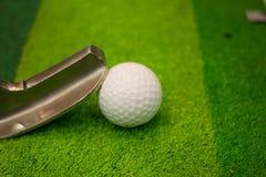 Ijzer dat golfbal in motie raakt Royalty-vrije Stock Foto