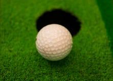 Ijzer dat golfbal in motie raakt Royalty-vrije Stock Afbeeldingen