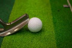 Ijzer dat golfbal in motie raakt Royalty-vrije Stock Foto's
