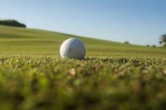 Ijzer dat golfbal in motie raakt Stock Fotografie