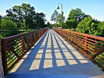 Ijzer en concrete voetgangersbrug die in een park kruisen royalty-vrije stock foto