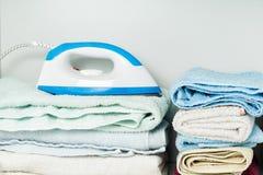 Ijzer en handdoeken in witte garderobe Royalty-vrije Stock Afbeelding