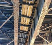 Ijzer en houten steunen onder spoorwegbrug Royalty-vrije Stock Afbeeldingen